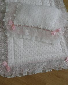 Diy Crafts - Discover recipes, home ideas, style inspiration and other ideas to try. Girl Decor, Baby Room Decor, Pram Sets, Baby Shawer, Baby Embroidery, Baby Sewing Projects, Diy Ribbon, Sewing Accessories, Baby Girl Gifts