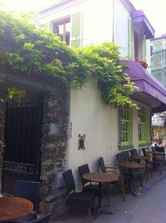 """RESTAURANT - Montreuil - """"L'AMOURETTE"""" - Accueil très sympa, cuisine délicieuse, ambiances différentes près du bar, en terrasse ou à l'étage... Ici vue sur la rue et entrée de la cour"""