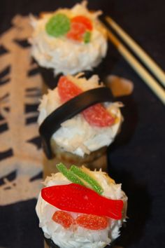 Sushi Cupcakes -simple recipe using coconut, fondant and gummy candy! #partyideas