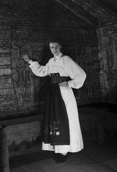 Österåker dräkt yvaxla (sommar). Fototid: 1917-1965 Folk Costume, Costumes, Strange Flowers, Sweden, Museum, Culture, Stockholm, Modern, Europe