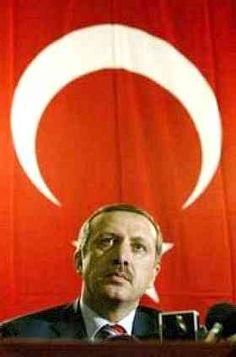 """TERREUR ALS EUROPA TURKIJE WEIGERT  December 2004 dreigde de Turkse premier Tayyip Erdogan: """"Als de Europese Unie denkt dat ze simpelweg een christelijke club kan blijven, en als ze de bruggen naar de rest van de wereld verbrandt, zal de geschiedenis haar dat niet vergeven.'' Voelt U al aan hoe U verstandig moet worden? Volgens het middeleeuwse land, dat garen zal spinnen bij toetreding, kan een weigering van Turkije als EU-lid leiden tot geweld van islamitische terroristen, omdat de EU z"""