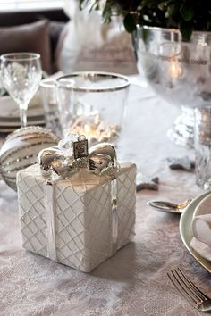 Christmas table setting/tablescape and decoration in white and silver. http://anettewillemine.blogspot