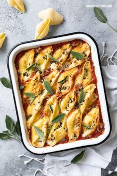 Gefüllt Conchiglioni Muschelnudeln mit Käse-Creme (Taleggio, Pecorino, Ricotta), Pancetta, Salbei