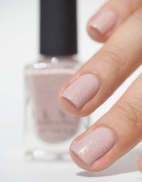 False nails have the advantage of offering a manicure worthy of the most advanced backstage and to hold longer than a simple nail polish. The problem is how to remove them without damaging your nails. Wedding Manicure, Wedding Nails For Bride, Bride Nails, Wedding Nail Polish, Pink Holographic Nails, Glitter Nails, Engagement Nails, Wedding Engagement, Engagement Photos
