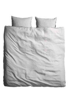 PREMIUM QUALITY. Een tweepersoonsdekbedset van gewassen linnen (draaddichtheid 104) met een dubbelgestikte zoom. Het dekbedovertrek heeft blinde metalen dru