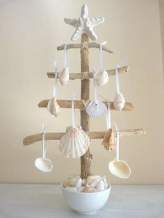 Check Out 27 Impressive Beach Christmas Decor Ideas. Beach or coastal Christmas is a rather non-typical thing, unusual and original. Seashell Crafts, Beach Crafts, Diy And Crafts, Seashell Ornaments, Seashell Art, Crafts With Seashells, Seashell Projects, Tree Crafts, Summer Crafts