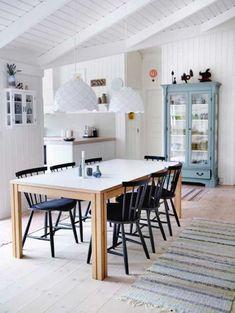 Las vitrinas son tendencia : ventajas e inconvenientes Summer House Interiors, Swedish Decor, Living Comedor, Kitchen Dinning, Minimal Decor, Interior Decorating, Interior Design, House Inside, Cabins And Cottages
