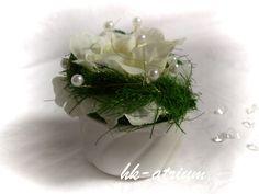 Nr. 553505 Gesteckt mit: wunderschöner, edler Seidenrose, Grasgirlande, Perlen und Strassherzen.