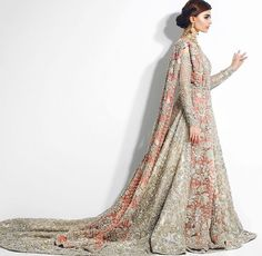 indian wedding dresses and hairstyles Indian Bridal Outfits, Pakistani Wedding Outfits, Pakistani Wedding Dresses, Indian Dresses, Desi Wedding Dresses, Asian Wedding Dress, Asian Bridal, Pakistan Bride, Looks Style