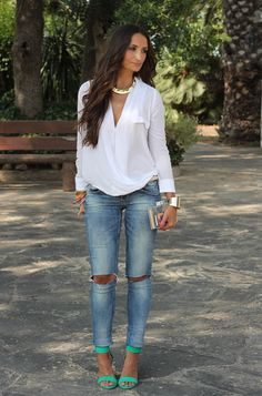 [Pop of color ]Ripped jeans // white button up // spring style // spring fashion // spring outfit Look Fashion, Fashion Outfits, Womens Fashion, Fashion Spring, Look Kim Kardashian, Short Blanc, Looks Country, Rainbow Outfit, Rainbow Clothes