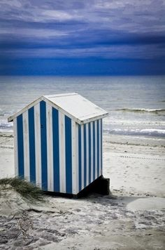 Discover recipes, home ideas, style inspiration and other ideas to try. Blue Glitter Wallpaper, Beach Cottages, Beach Huts, Garden Tool Shed, Hygge, Beach Picnic, Bathroom Pictures, Summer Breeze, Lake Life