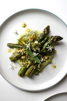 Joey O'Hare serves up a stunning salad of asparagus, served atop a cannellini bean hummus recipe delicately flavoured with seasonal wild garlic. dinner asparagus Asparagus with White Bean Hummus Recipe - Great British Chefs Vegan Dinner Party, Dinner Party Appetizers, Meat Appetizers, Dinner Party Recipes, Appetizer Recipes, Vegetarian Appetizers, Veggie Recipes, Vegetarian Recipes, Cooking Recipes