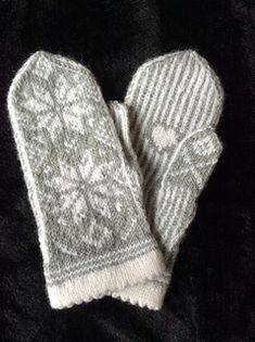 Snowflake in April Knitted Mittens Pattern, Fingerless Gloves Knitted, Knit Mittens, Knitted Hats, Knitting Patterns, Wrist Warmers, Hand Warmers, Free Knitting, Knitting Socks