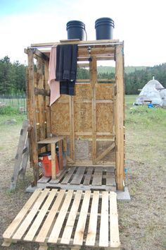Great ideas to create your own outdoor shower for camping or in your yard.put bucket on top of popup and a shower stall on side of camper. Solar Shower, Shower Tent, Camp Shower, Outdoor Baths, Outdoor Bathrooms, Outdoor Sinks, Diy Solar, Outside Showers, Outdoor Showers