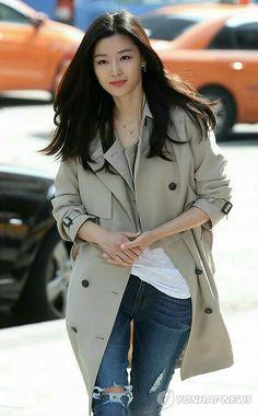 Jeon Ji Hyun x cute trench coat Korean Star, Korean Girl, Korean Actresses, Korean Actors, Asian Woman, Asian Girl, Jun Ji Hyun Fashion, My Sassy Girl, Jung So Min