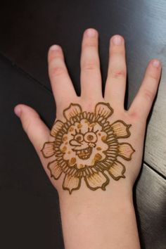 Beautiful and different examples of Mehndi henna tattoo art. See examples of applying Henna, Mehndi and Henna. Henna Tattoo Designs, Diy Tattoo, Tattoo Henna, Tattoo On, Flower Tattoo Designs, Mehandi Designs For Kids, Mehndi Designs 2018, Simple Mehndi Designs, Flor Henna