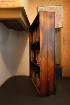 La puerta secreta de la Casa de #AnaFrank http://www.viajaraamsterdam.com/museos-en-amsterdam/casa-de-ana-frank/ #Ámsterdam #Holanda