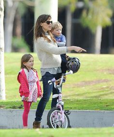 Angelina Jolie, Victoria Beckham, and Beyoncé on the Chic Back-to-School Run – Vogue - Jennifer Garner