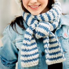 Une écharpe tricotée en bleu et blanc, rayure, air marin / A scarf knit in blue and white, stripes, accessories, winter