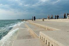 Construída em 2005 na cidade de Zadar, na Croácia, a estrutura possui 70 metros de comprimento e incorpora 35 tubos de polietileno diferentes.