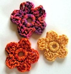 Super cute crochet flowers for hair clips or just a fun addition to a project!