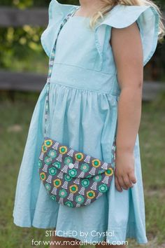 A tutoral to sew a simple circl purse for girls made with just a few circles of fabri, some bias tape, and a snap or button, a quick and simple sew! Diy Fabric Purses, Crochet Purses, Love Sewing, Sewing For Kids, Kids Purse, Diy Purse For Toddler, Bag Patterns To Sew, Tote Pattern, Childs Purse Pattern