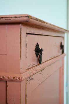 details van een roze geschilderde kast