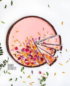 Garden Tart Japanese Garden Tart - Gorgeous pink tart decorated with edible flower petals!Japanese Garden Tart - Gorgeous pink tart decorated with edible flower petals! Tart Recipes, Dessert Recipes, Cooking Recipes, Fudge Recipes, Just Desserts, Delicious Desserts, Yummy Food, Oreo Desserts, Plated Desserts