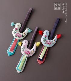 부귀새노리개 Felt Crafts, Diy And Crafts, Korean Crafts, Saree Tassels Designs, Korean Design, Korean Products, Music Crafts, Korean Hanbok, Korean Art