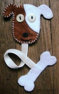 Chien et os en feutrine rebrodée - Felt Crafts Diy, Felt Diy, Fabric Crafts, Sewing Crafts, Crafts For Kids, Arts And Crafts, Chat Crochet, Craft Projects, Sewing Projects