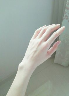 Thinspo for you~🐦 Pale Aesthetic, Aesthetic Body, Skinny Love, Skinny Girls, Pretty Hands, Beautiful Hands, Hand Fotografie, Hand Pose, Hand Photography