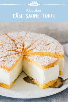 Käse-Sahne-Torte The cheese cream cake has certainly been one of the most popular pies for generations. Our recipe has a wonderfully creamy filling and a particularly airy biscuit dough on the outside. Easy Cake Recipes, Cookie Recipes, Dessert Recipes, Cake With Cream Cheese, Cream Cake, Flaky Pastry, Classic Cake, Mince Pies, Food Cakes