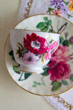 China on my mind Tea Cup Set, My Cup Of Tea, Tea Cup Saucer, Tea Sets Vintage, Vintage Cups, Vintage China, Coffee Set, Coffee Shops, High Tea