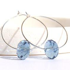 Håndlagd ørepynt med blå krystall