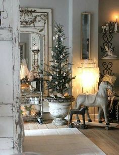 Chic Shabby and French Christmas – Top Trend – Decor – Life Style French Country Christmas, Shabby Chic Christmas, Rustic Christmas, Vintage Christmas, Victorian Christmas, Traditional Christmas Decor, French Christmas Traditions, Country Christmas Trees, Christmas Mantles