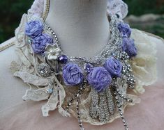 Art Shabby Chic cast by hand. Necklace embroidered with lace and stones. Freeform Crochet, Crochet Top, Crochet Necklace Pattern, Fabric Jewelry, Paper Jewelry, Wedding Shrug, Shabby Chic Jewelry, Vintage Veils, Flower Girl Headbands
