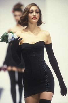 「dolce and gabbana 1992 black dress」的圖片搜尋結果 Couture Fashion, Runway Fashion, Womens Fashion, Look Fashion, Fashion Show, Fashion Design, Black Aesthetic Fashion, Black 90s Fashion, Early 90s Fashion
