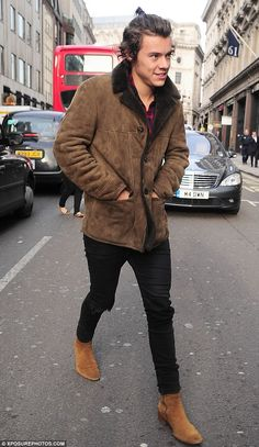 One Direction's Harry Styles sports TINY ponytail – Jennifer Space Harry Styles Hair, Harry Styles Mode, Harry Styles 2013, Harry Styles Funny, Harry Edward Styles, One Direction Harry Styles, Harry Styles Sleeping, Mode Swag, Tom Ford Men
