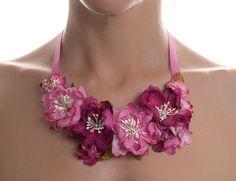 Spring Roses collar babero flores de tela (seda) y lazo de grosgrain fucsia
