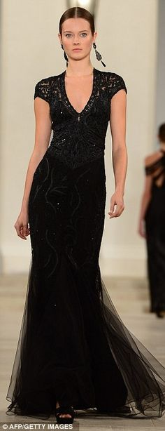un vestido largo negro de la pista