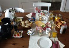 ilt u heerlijk rustig aan tafel ontbijten? Dat kan! Onze ontbijtmedewerker komt het ontbijt bij u thuis opdekken. In een kwartiertje wordt uw eetkamertafel omgetoverd tot een prachtige ontbijttafel, met tafelkleed, rozen, champagne in ijs en kaarsen. Het grote genieten kan beginnen!