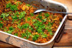 En virkelig lækker ret med hakket oksekød med hvidkål, der steges i et ildfast fad i ovnen. Bland gulerødder med hvidkål og oksekød, tilsæt lidt krydderier og så har du denne lækre ret. Foto: Guffeliguf.dk.