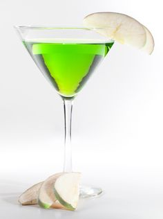 The Apple Martini Cocktail figures on the list of favorite drinks of many. Ingredients Vodka Apple juice parts) Lemon juice part) Simple syrup splash) Apple (A slice) Procedure Take a. Green Apple Martini Recipe, Sour Apple Martini, Sour Apple Pucker, Alcholic Drinks, Alcoholic Beverages, Smoothie Drinks, Smoothies, Tiny Food, Cocktails