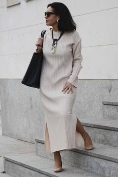 39 Brilliant Clothing Ideas For Women Over 50 If you're a woman who is over fifty, you've probably heard all the old standard fashion advice for 'mature' women. Older Women Fashion, Over 50 Womens Fashion, Fashion Over 50, Fashion Tips For Women, Fashion Advice, Trendy Fashion, Plus Size Fashion, Fashion Outfits, Fashion Trends