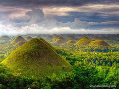 (J: I've been here 9 years ago >.The scenenery was very pretty) Chocolate Hills, Bohol, Philippines Voyage Philippines, Bohol Philippines, Philippines Travel, Visit Philippines, Manila Philippines, Oh The Places You'll Go, Places To Travel, Travel Destinations, Places To Visit