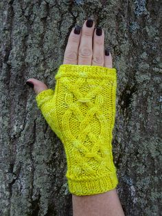 Ravelry: Honeycrisp Mitts pattern by B's Knees Knits  free until  January 1, 2016.