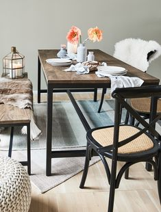 Der Schwarze Stuhl Bietet Mit Den Vielen In Handarbeit Hinzugefügten  Gebrauchsspuren Die Ideale Sitzgelegenheit Für Dein Esszimmer Und Lässt  Französisches ...