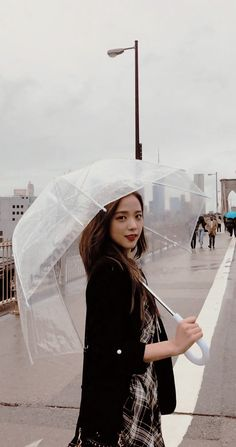 I like people who smile in the rain ☔️🌧 Bts Blackpink, Bts Kim, Blackpink Jisoo, Narnia, K Pop, Korean Girl, Asian Girl, Blackpink Photos, Pictures