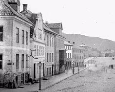 Bildet viser husrekken vis-a-vis Torget på 1870-tallet. Utsnitt av foto tatt av Knud Knudsen. (UiB Billedsamlingen). 12th Century, Capital City, Bergen, Oslo, West Coast, Norway, Medieval, Survival, Loft
