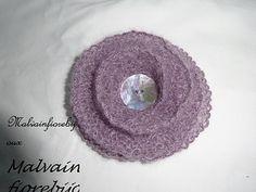 Graziosa spilla in morbida lana mohair per arricchire cardigan, scialli, scaldacollo o come la vostra fantasia vi suggerisce. Cardigan, Crochet Earrings, Crochet Hats, Lana, Fantasy, Knitting Hats